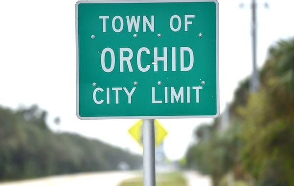 A man and his son saw a UFO near Orchid Island in Vero Beach, Florida.